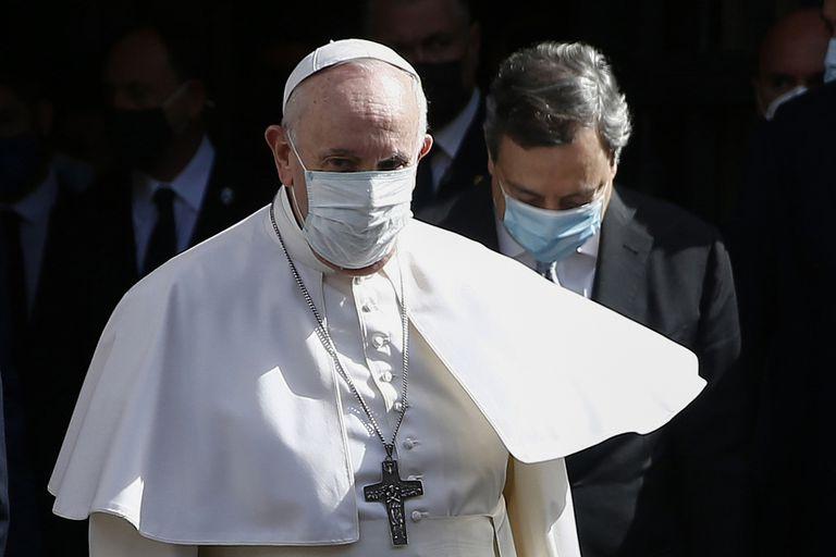 El papa Francisco camina junto con el primer ministro italiano Mario Draghi en una conferencia sobre la crisis demográfica, en Roma