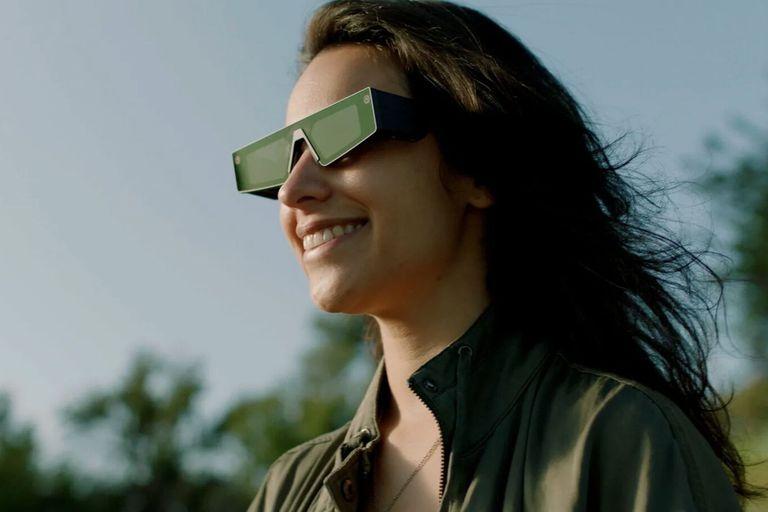 Los nuevos anteojos de realidad aumentada de Snapchat tienen pantallas translúcidas incorporadas en cada lente