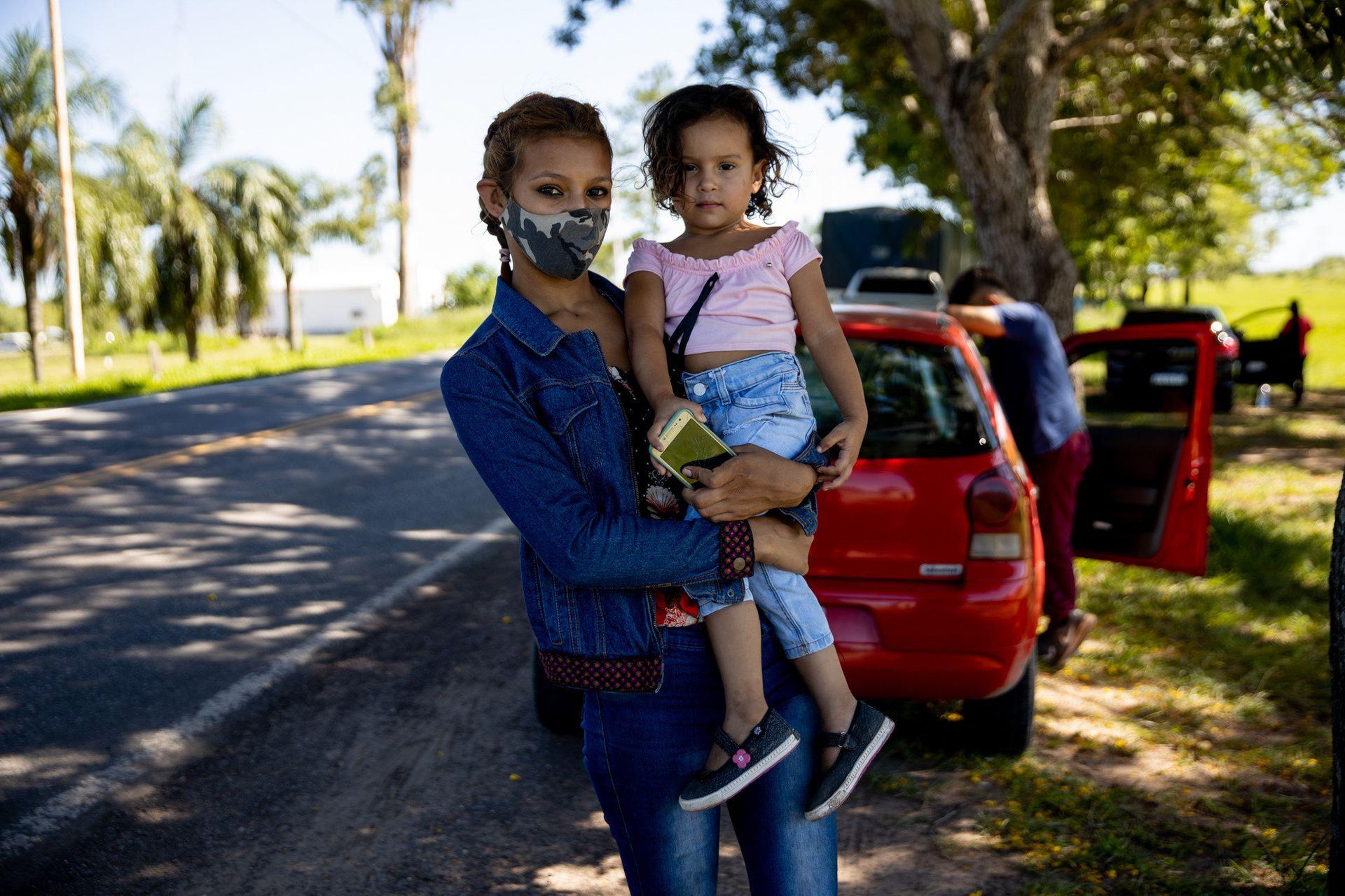 """Natalia Velozo viaja con su hija de dos años desde Formosa a Buenos Aires para vivir con su padre; """"el problema va a ser cuando quiera volver"""", dice"""