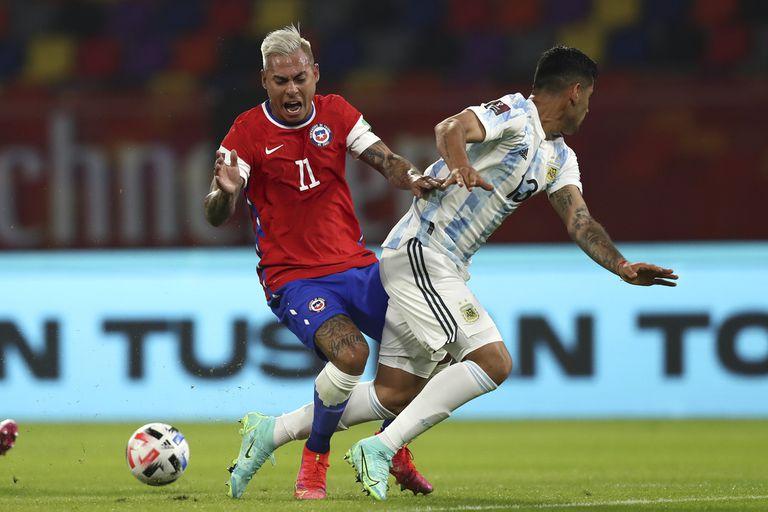 Eduardo Vargas pierde con Cristian Romero, que debutó en la selección y fue la figura.