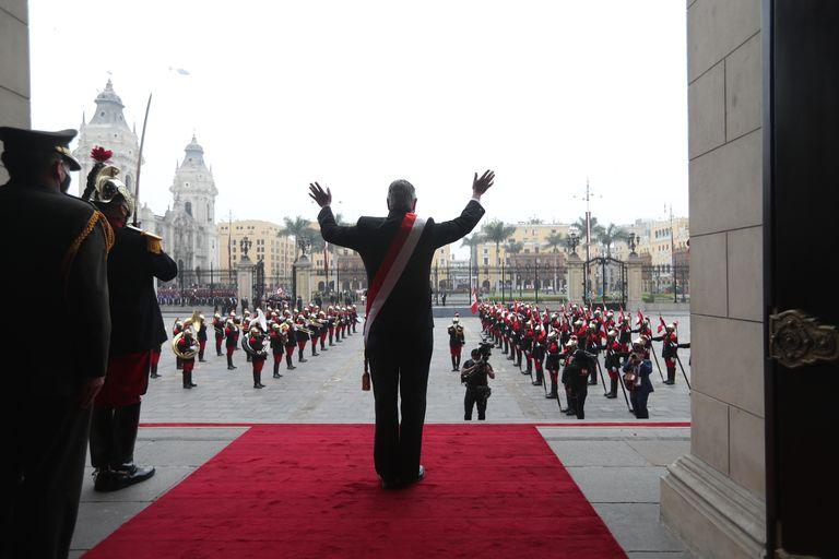El presidente saliente, Francisco Sagasti, saluda desde el Palacio de Gobierno
