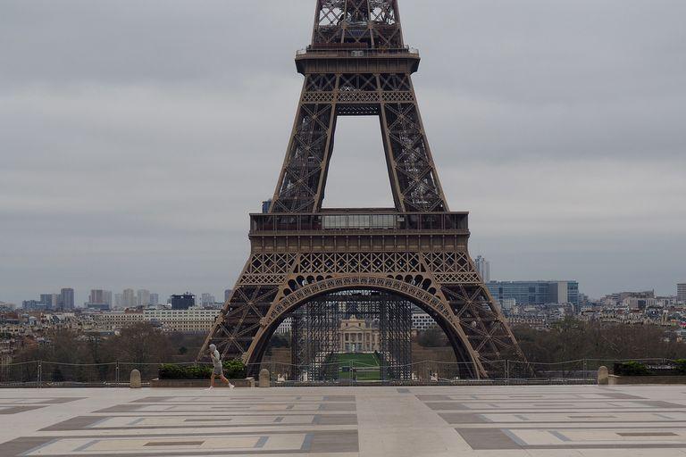 Las calles de Francia aguardan por la cura milagrosa que ofrece el científico