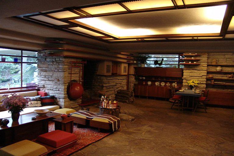 El interior de la casa de la cascada de Frank Lloyd Wright