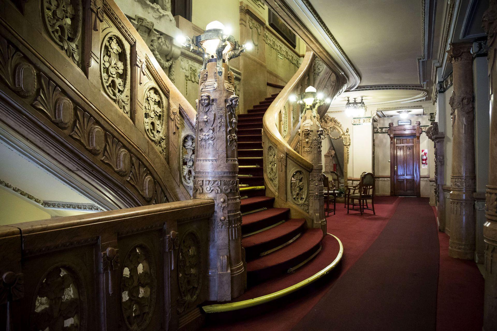 La impactante escalera de honor del Club Español
