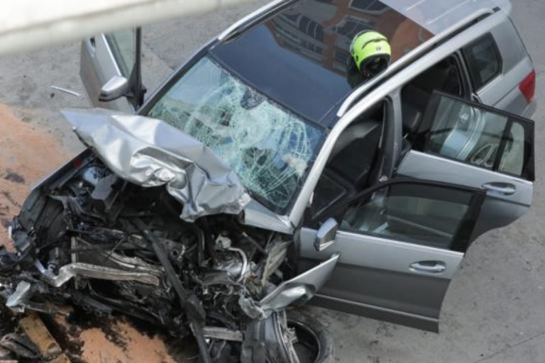 Conmoción: un auto cayó desde un puente y mató a un motociclista