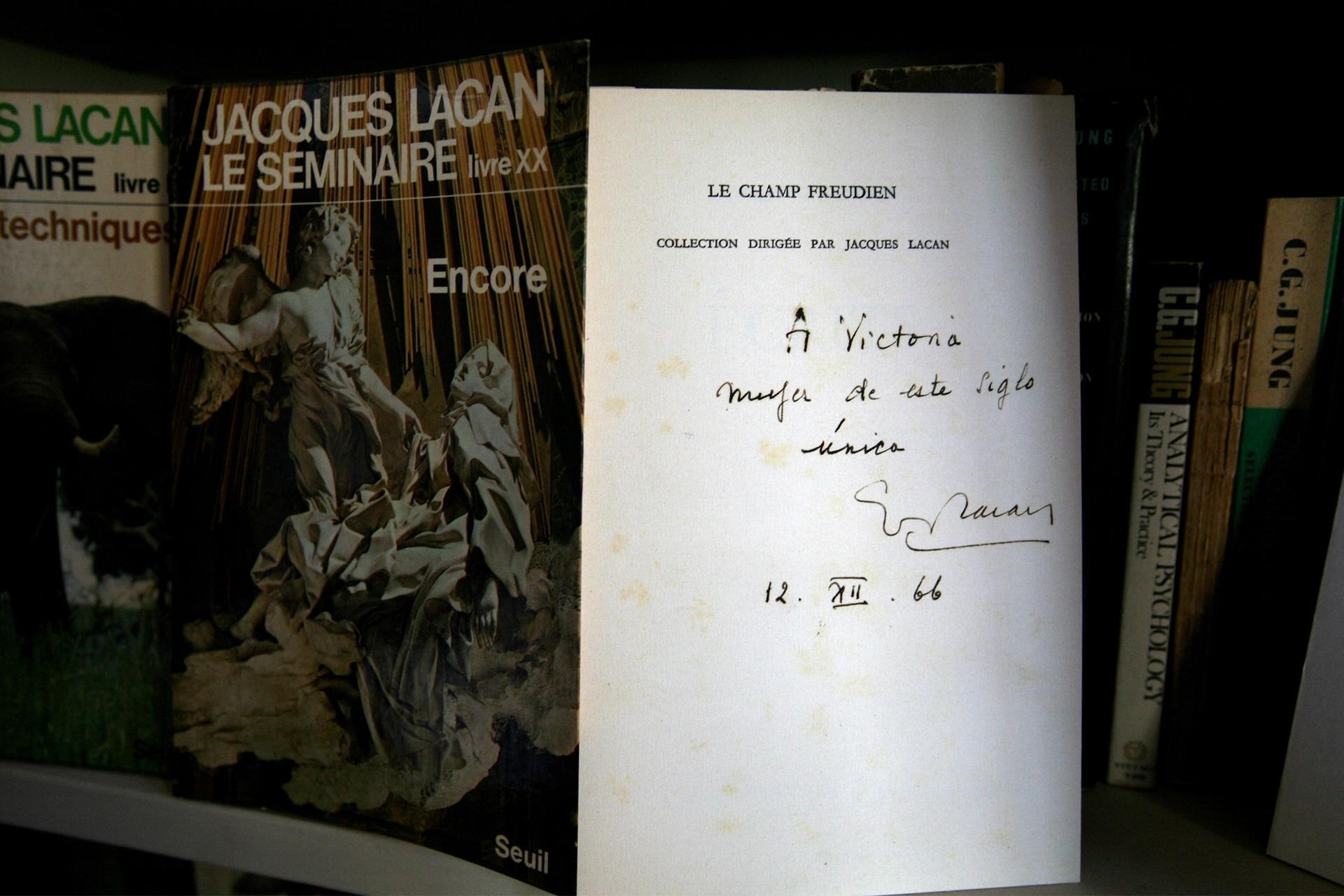 """Todas las nuevas corrientes de pensamiento cautivaron a Victoria. Con Jacques Lacan mantuvo un intercambio durante años. Acá, una joya: el ejemplar que le dedica en español: """"A Victoria, mujer de este siglo. Única""""."""