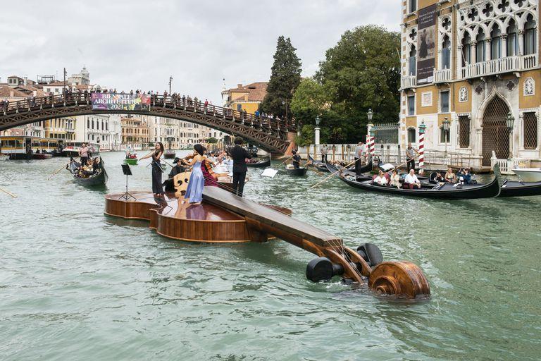 Un violín gigante surca las aguas de Venecia con un mensaje de renacimiento