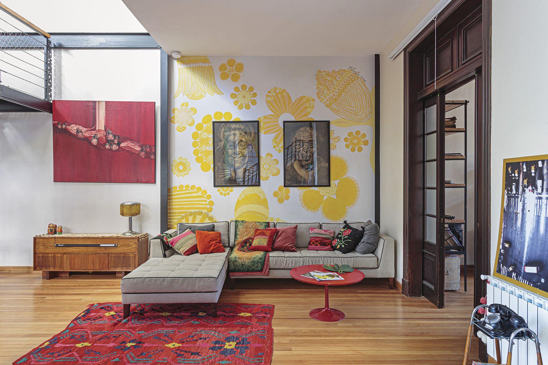 Obra 'Equilibrium' de Luciana Mariani. El piso de pino tea es original de la casa y fue recuperado (Parquet Escobar).