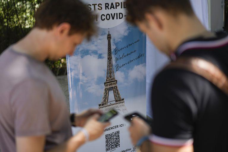 Visitantes se registran para pruebas de COVID-19 en la torre Eiffel en París, el miércoles 21 de julio de 2021. (AP Foto/Daniel Cole)