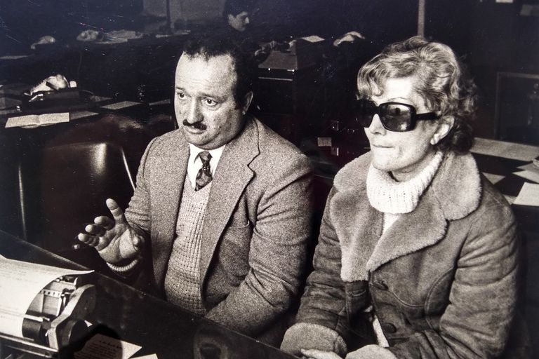 Uno de los hermanos y la madre de Cecilia Giubileo, a pocas semanas de su desaparición, en 1986
