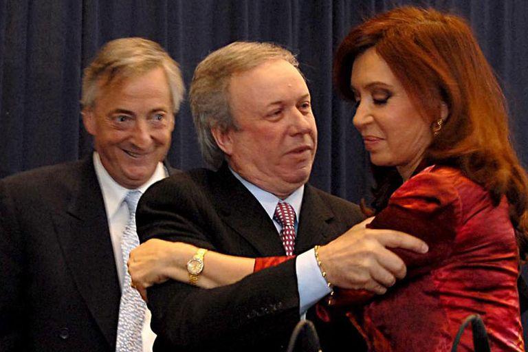 El gobernador de Santa Cruz, Daniel Peralta, junto con Néstor Kirchner y Cristina Fernández