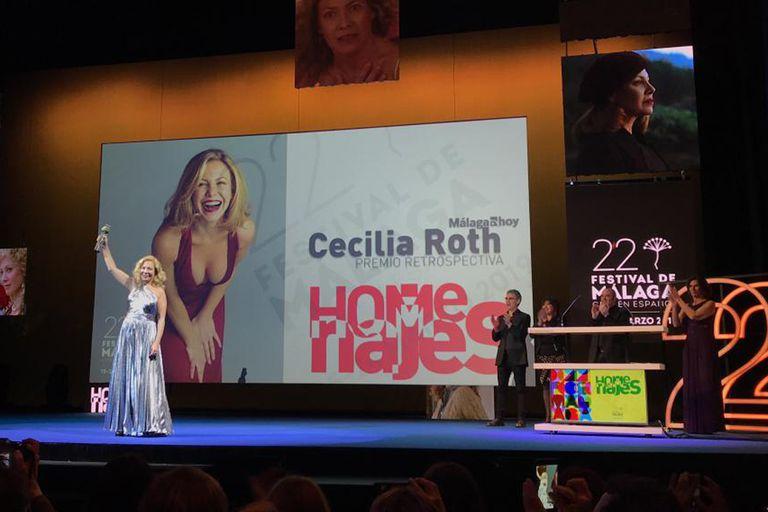 La actriz argentina con el premio el alto, al finalizar el homenaje que se le realizó anoche en Málaga