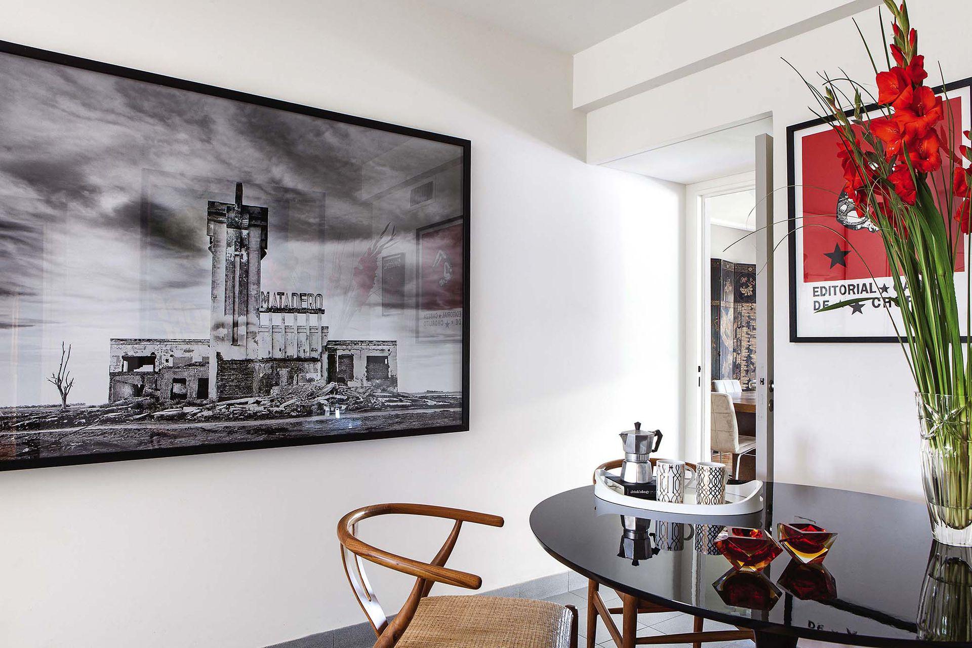 El matadero proyectado por el arquitecto Francisco Salamone en Carhué, en una foto firmada por Gonzalo Lauda, En el comedor diario, sillas 'Wishbone' con asiento de ratán y mesa 'Tulip' en su versión laca negra.