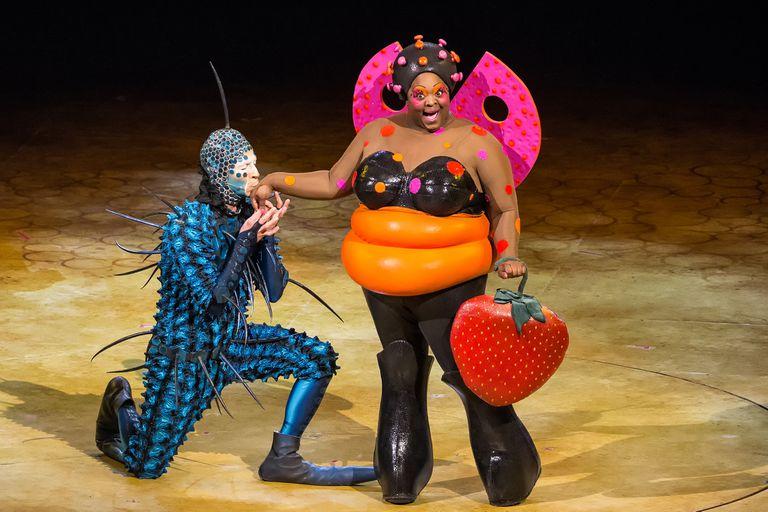 Estos performers de elite, en escena, se convierten en mariposas, bichitos de luz o grillos.