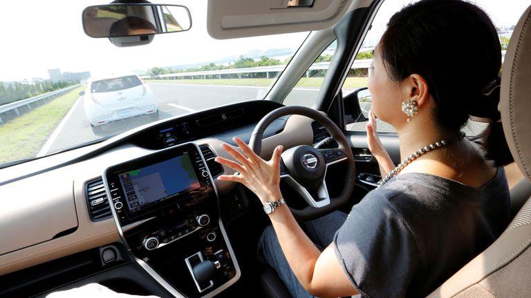 El sistema ayuda al conductor en su manejo, pero no es totalmente automático; una alarma suena si el conductor suelta el volante por más de unos segundos
