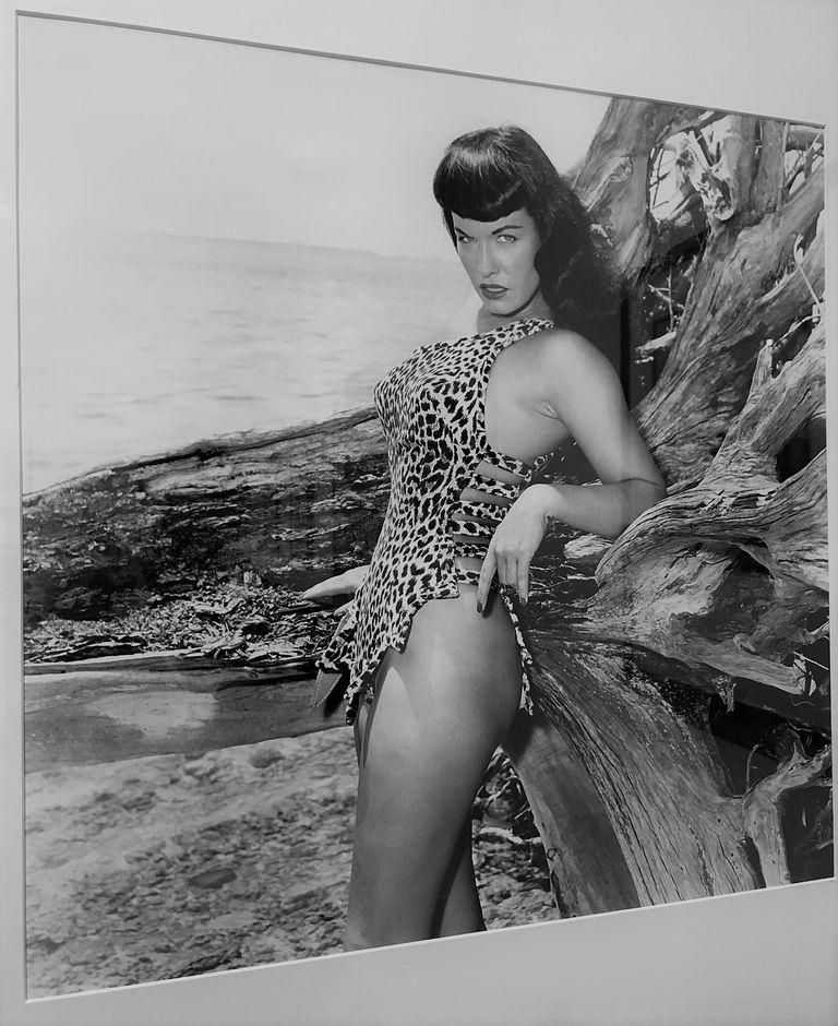 Fotografía de Bunny Yeager en la sección de fotografía de Pinta
