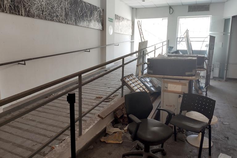 Hace dos años, el techo de la subsede de la Comuna 4, en Barracas, se desplomó y sigue igual