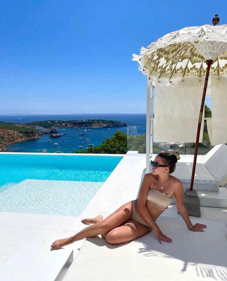 La modelo posó con la paradisíaca vista de la casa de fondo