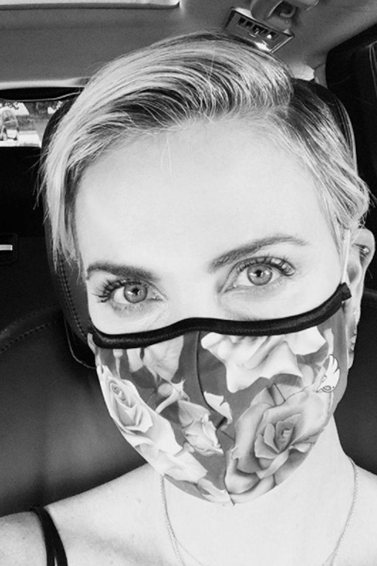 Charlize Theron publicó una selfie con tapabocas y el lema Usá una maldita máscara
