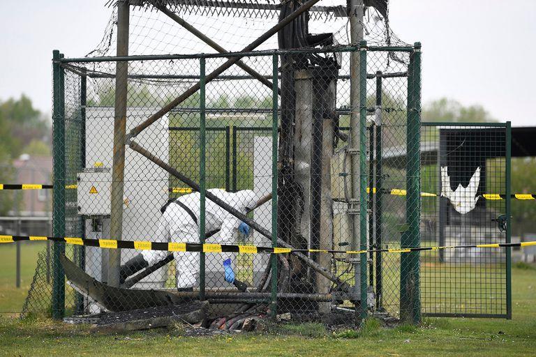 Coronavirus: un operario trabaja en una de las torre de 5G incendiada en Peltheide, Bélgica