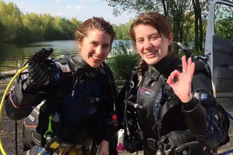 Melissa (izquierda) fue salvada por su gemela, Georgia, quien la encontró flotando boca abajo y luchó contra el cocodrilo