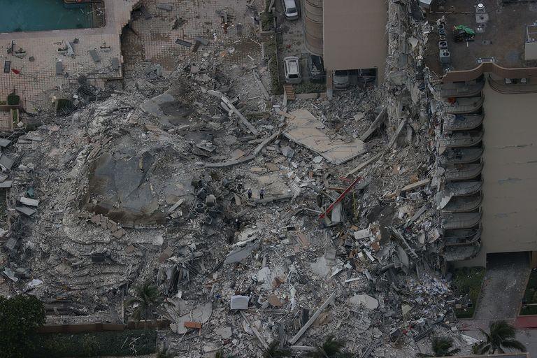 Las autoridades no logran contactar a 51 personas que, se supone, vivían en el edificio