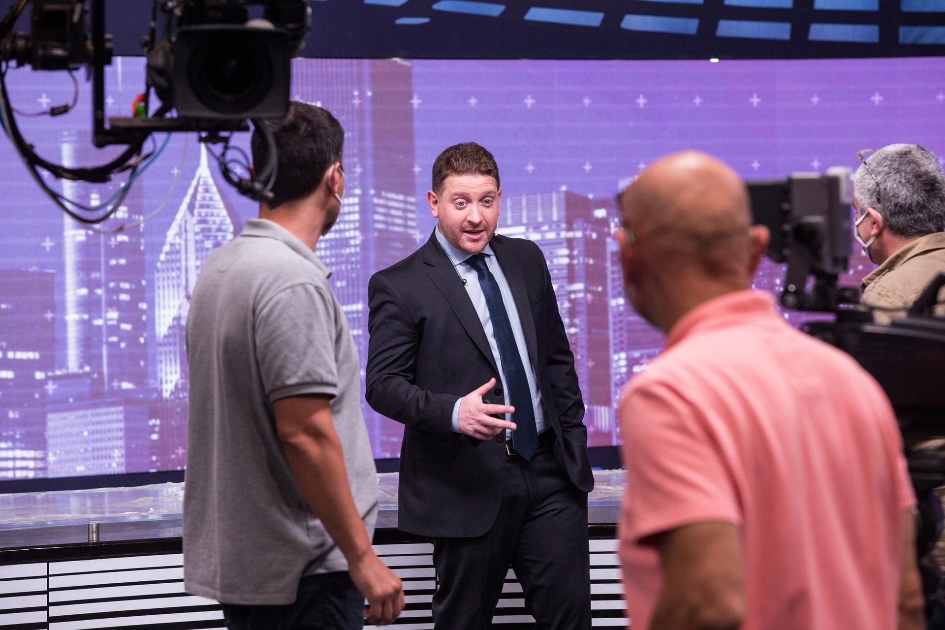 Jonatan Viale en la previa del debut, definiendo los detalles con los técnicos y productores de LN+