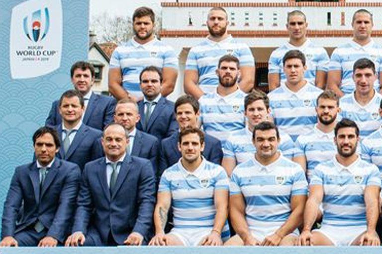 Lucas Chioccarelli en el centro de la imagen (arriba de Nicolás Sánchez), en la foto de la delegación que participó en el Mundial de Japón