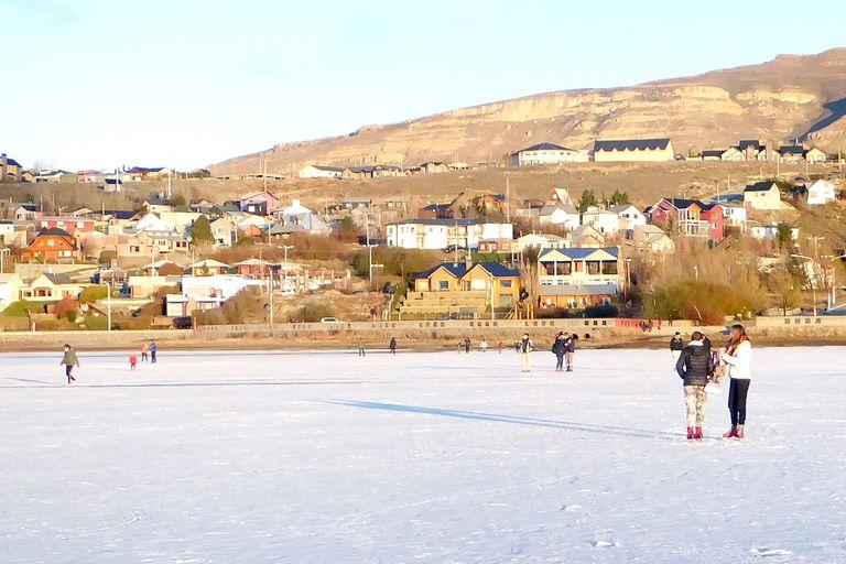 Coronavirus. Sin casos, en el Calafate volvieron a patinar en la bahía congelada