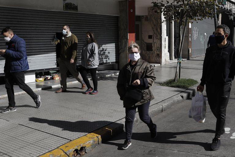 En Villa Urquiza, ayer los vecinos transitaban con barbijo y por el sendero marcado especialmente para mantener la distancia social