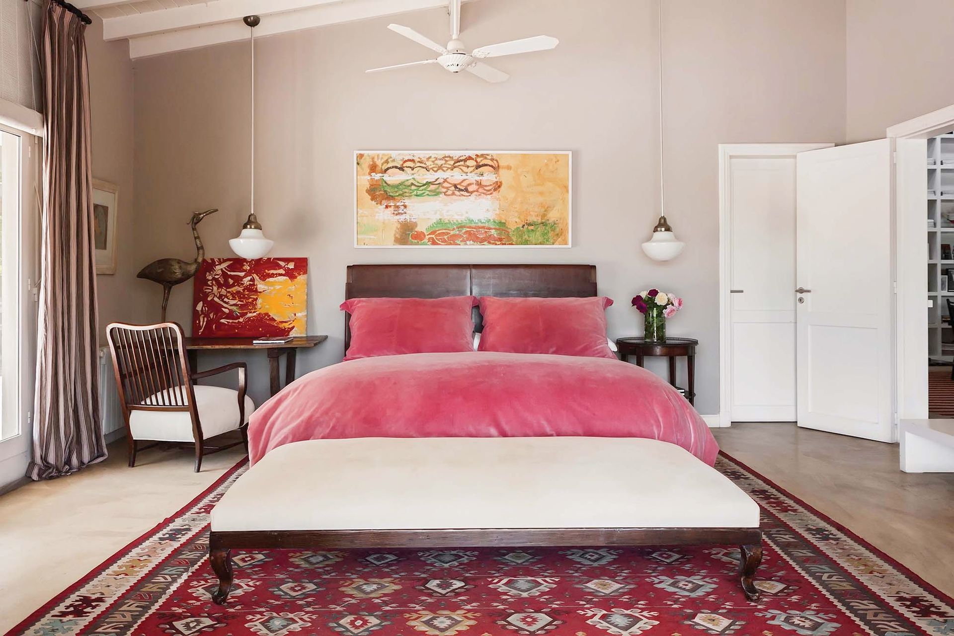 En el cuarto principal, lámparas colgantes de opalina de los años 60 (La Pasionaria), banqueta comprada en un remate y alfombra de Marruecos.