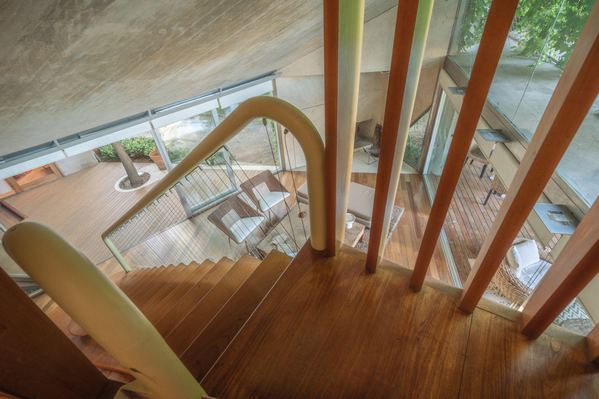 La llamativa escalera que conduce a las habitaciones de planta alta