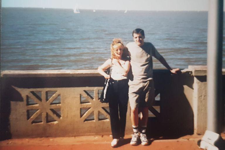 Gagik con su hermana en la Costanera de Buenos Aires en 2001