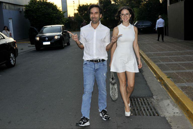 Clemente Cancela, viejo conocido del novio, llegó a la fiesta con su novia, Paloma Bokser