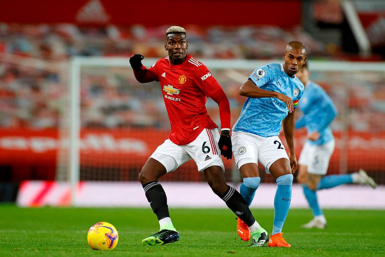 El jugador francés del Manchester United, Paul Pogba, lucha por la pelota con el centrocampista brasileño del Manchester City, Fernandinho