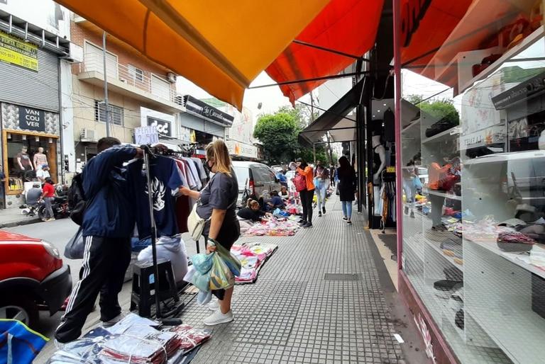 Flores: el Gobierno porteño desalojó manteros y puestos de comida que no cumplían con medidas sanitarias