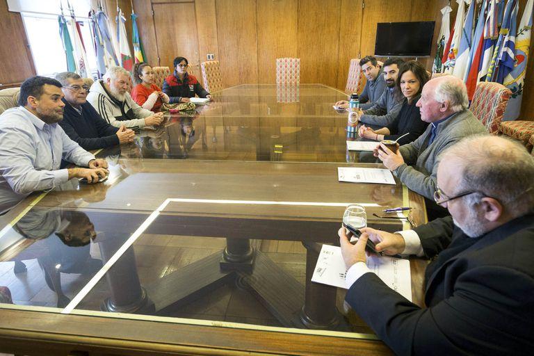 La ministra Stanley y los dirigentes sociales escuchan a monseñor Maletti en la reunión de ayer