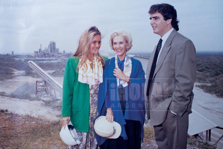 """En 1990, con su hermano y su abuela, cuando la fábrica de Catamarca cumplió 10 años. """"Fue la primera que hizo desde la muerte de mi abuelo. Y no es un dato menor que la inauguró un 15 de agosto, día de su cumpleaños"""", opina."""