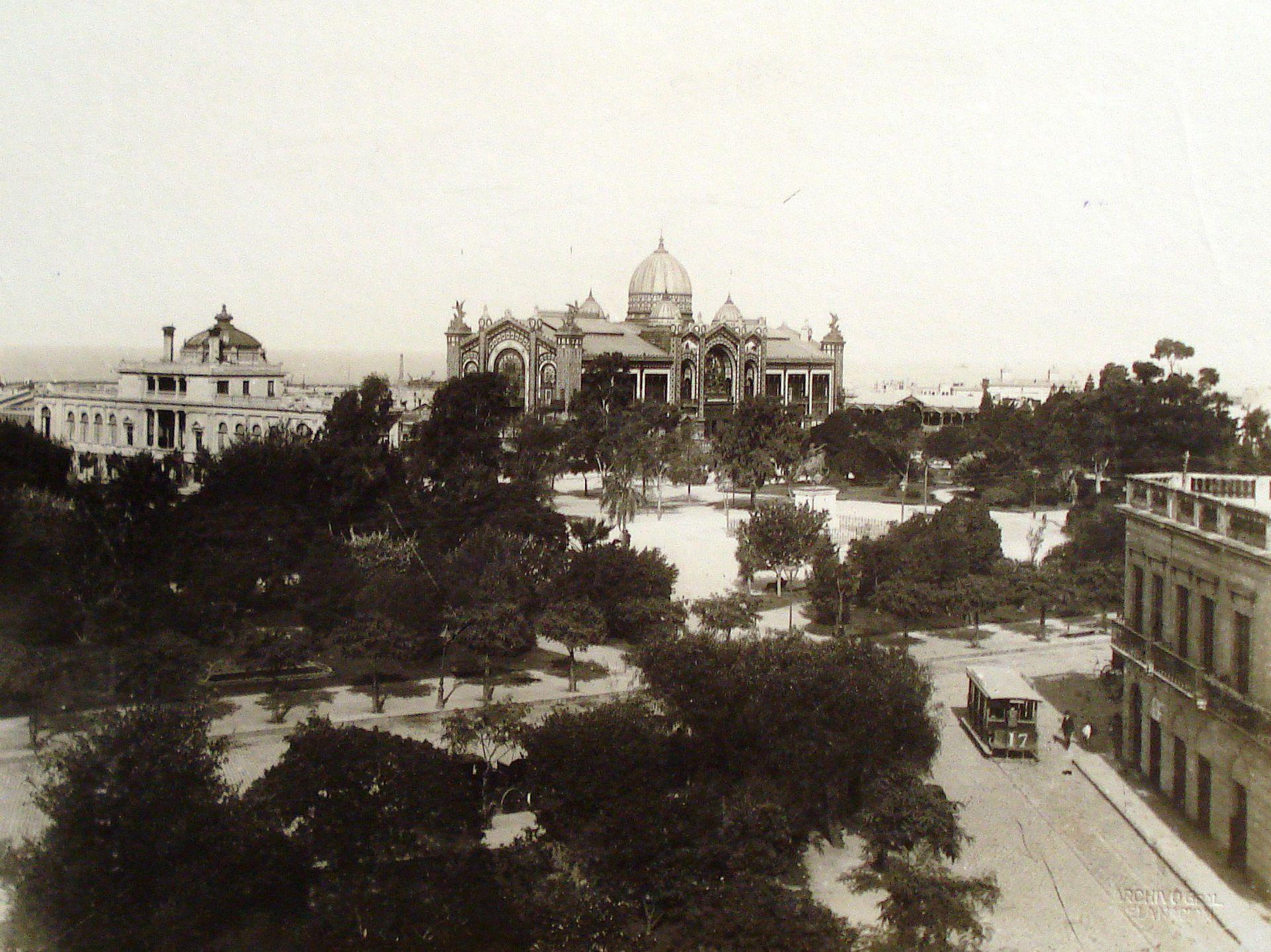 El Pabellón Argentino y la Plaza San Martín. A la izquierda, el restaurante en el que, desde 1911, funcionó la Comisión Nacional de Bellas Artes.