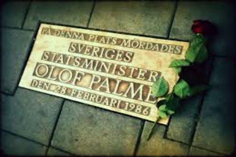 Una placa conmemorativa de Palme en la plaza del asesinato