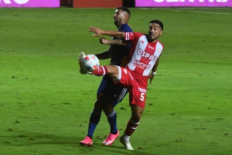 Cardona no puede con Acevedo, como Boca no pudo con Unión; el equipo santafecino se quedó con el triunfo con gol de Peñailillo