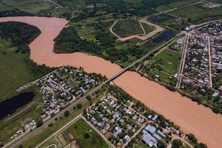 Un puente divide la localidad chaqueña de Puerto Eva Perón y Mansilla, en Formosa; pero los formoseños no pueden cruzarlo con libertad
