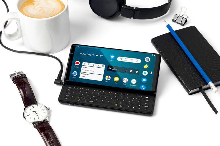 El teléfono tiene un teclado de cinco hileras que se desliza detrás de la pantalla cuando no se usa