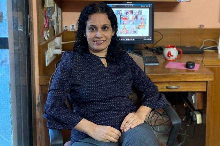 Poonam Mulherkar es una ingeniera india que maneja la transferencia ultrasecreta de la fórmula de la vacuna de Pfizer