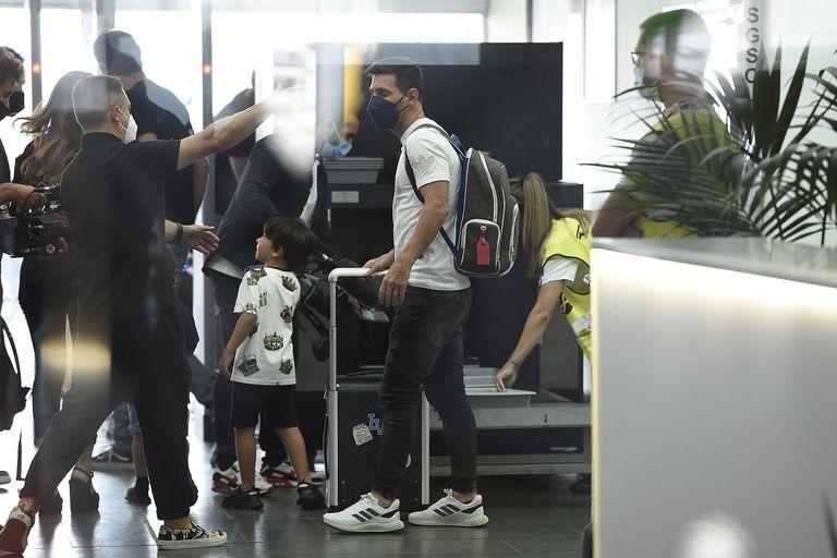 Lionel Messi con su familia, en el aeropuerto de El Prat, antes de partir rumbo a París