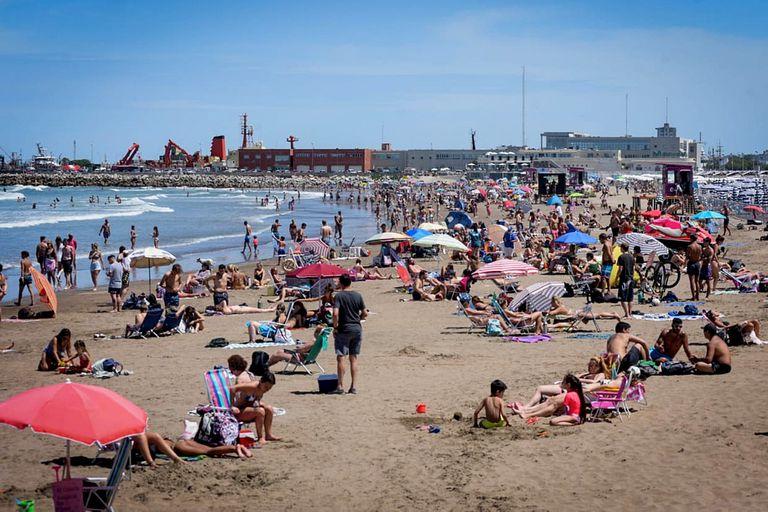 Playas con mucha gente y poco distanciamiento en Mar del Plata