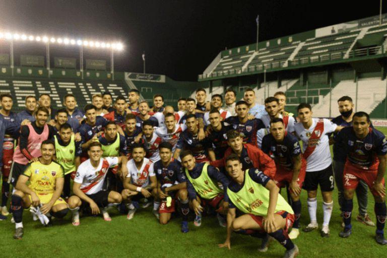 La foto grupal entre los futbolistas de los dos equipos luego del partido