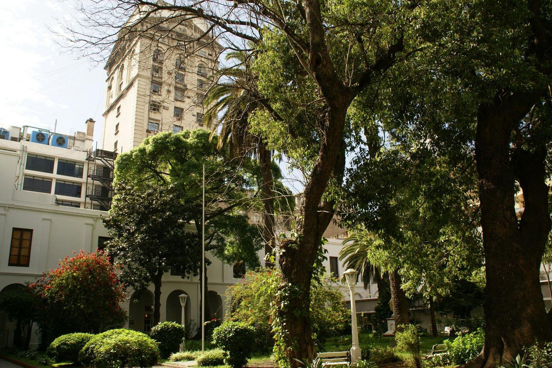 El parque ofrece una amplia variedad de plantas, flores y árboles, que tienen más de 150 años.