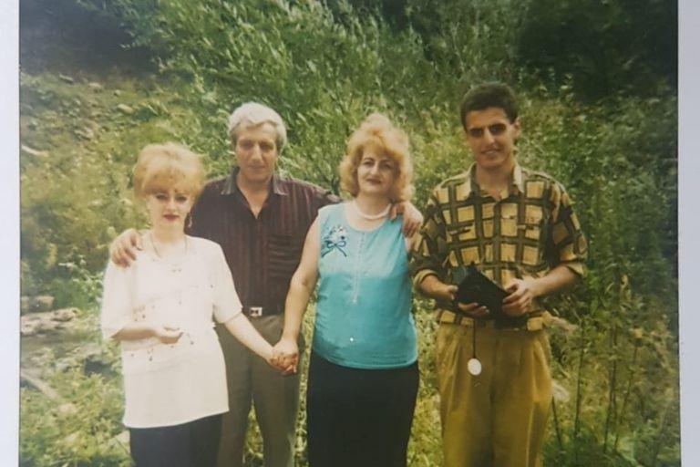 Gagik con sus padres y su hermana en Armenia, en 1995, un año antes de viajar a la Argentina