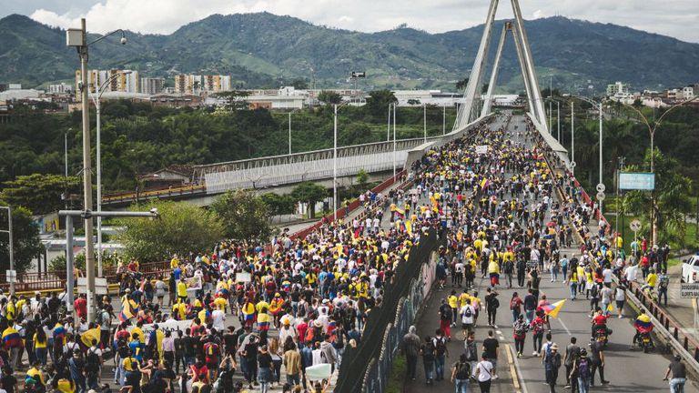 La mayoría de las protestas en Colombia han sido pacíficas, pero los enfrentamientos han provocado al menos 24 muertos y 800 heridos.
